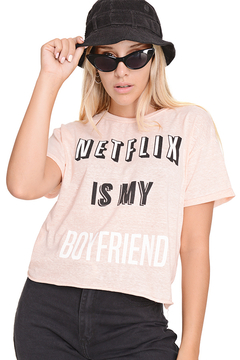 "Remera de Aspen Estampada ""netflix is my boyfriend"" - tienda online"