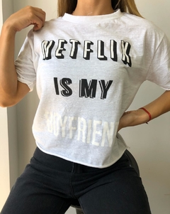 "Remera de Aspen Estampada ""netflix is my boyfriend"" en internet"