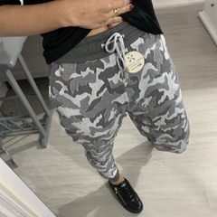 Calça Jogger Born Global Camuflada Cinza na internet